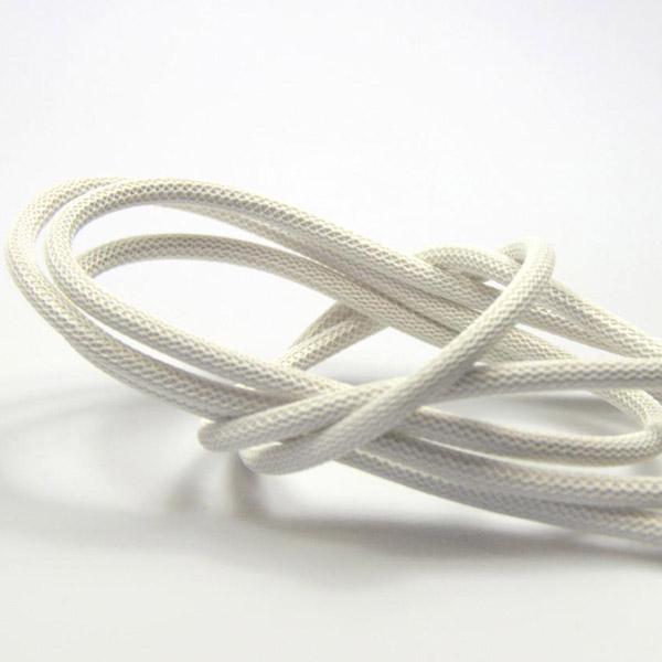 Krämvit textilkabel. Kabeln är ojordad och finns i flera olika längder.