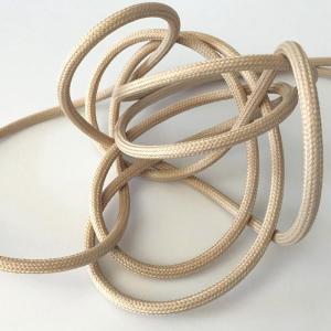 Ljusbeige textilkabel. Kabeln är ojordad och finns i flera olika längder.