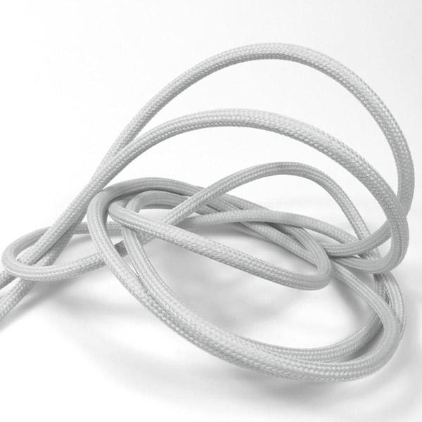 Ljusgrå textilkabel. Kabeln är ojordad och finns i flera olika längder.