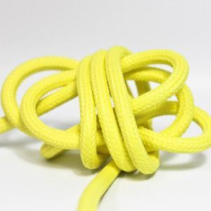 Ljusgul textilkabel. Kabeln är ojordad och finns i flera olika längder.