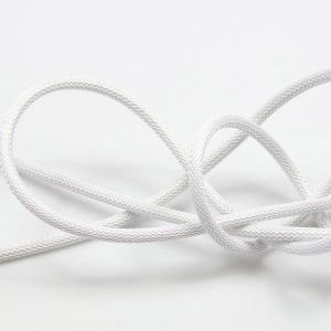 Lysande vit (nät) textilkabel. Kabeln är ojordad och finns i flera olika längder.