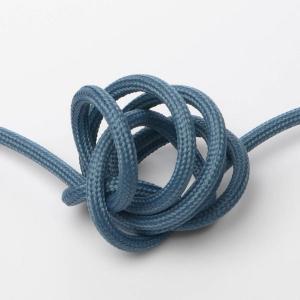 Mattblå textilkabel. Kabeln är ojordad och finns i flera olika längder.