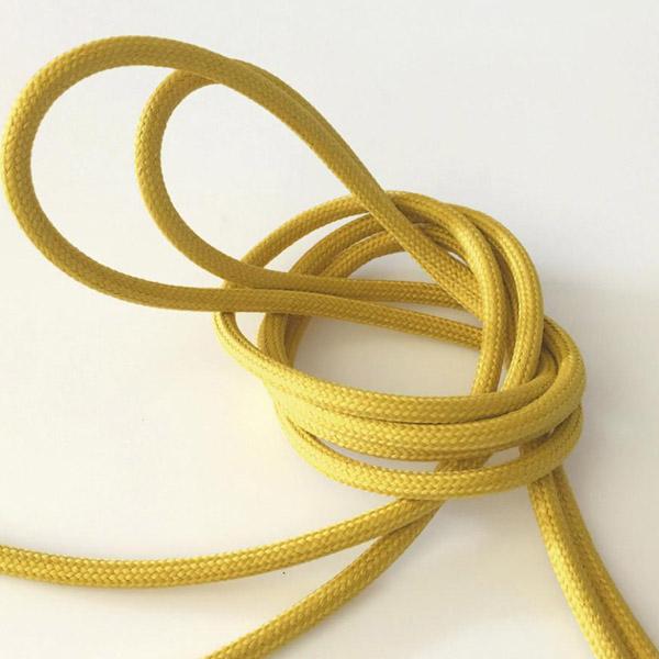 Mattgul textilkabel. Kabeln är ojordad och finns i flera olika längder.
