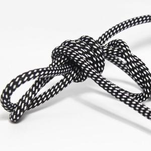 Med svart/vit textilkabel. Kabeln är ojordad och finns i flera olika längder.