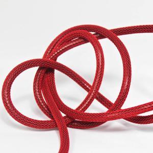 Mörkröd (nät) textilkabel. Kabeln är ojordad och finns i flera olika längder.
