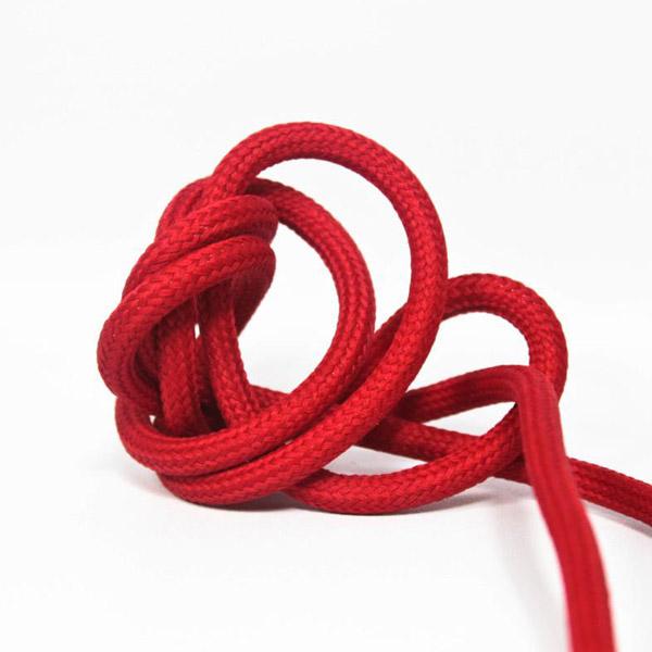 Mörkröd textilkabel. Kabeln är ojordad och finns i flera olika längder.