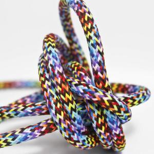 Multifärgad textilkabel. Kabeln är ojordad och finns i flera olika längder.