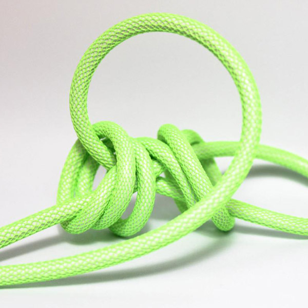 Neon grön (nät) textilkabel. Kabeln är ojordad och finns i flera olika längder.