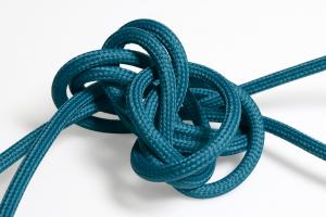 Havsblå textilkabel. Kabeln är jordad och finns i flera olika längder.