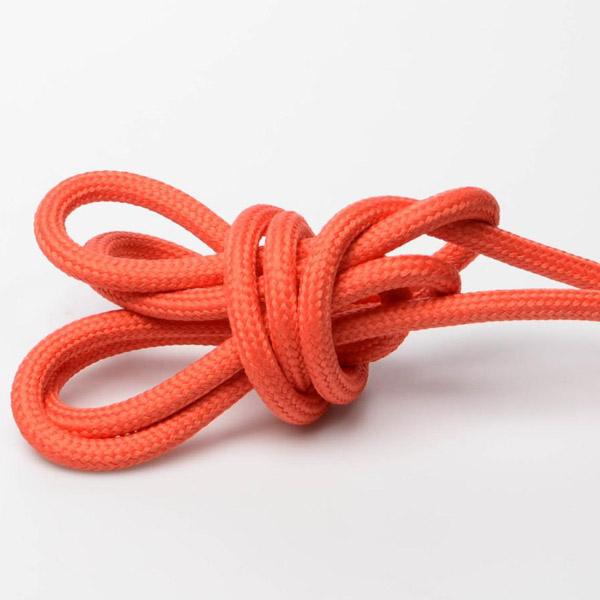 Orange/röd textilkabel. Kabeln är ojordad och finns i flera olika längder.