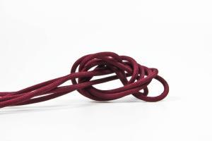 Vinröd textilkabel. Kabeln är ojordad och finns i flera olika längder.