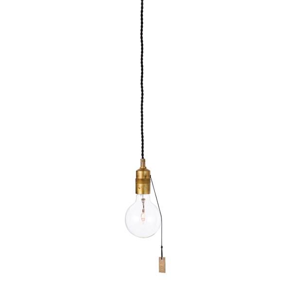 Singel takupphäng från Watt och veke. En vacker lampa med en sockel av råmässing och dragströmställare.