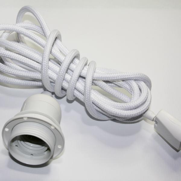 Textilupphäng i vitt/vit med en vit lampsockel E27. Kommer i 3 meters bitar och med en ojordad lamppropp.