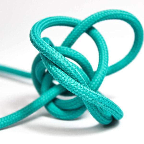 Turkos textilkabel. Kabeln är ojordad och finns i flera olika längder.