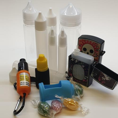 samling med olika tillbehör till ejuice som flaskhållare och tomflaskor