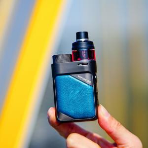 Bild på Vaporesso Swag px80 i blått utförande på e-ciggen med batterilucka för 18650-batteri och tank med GTX-coils.