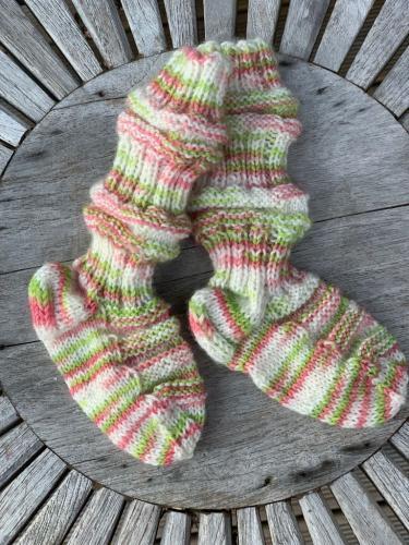 Tågsockor i restgarn, Randiga i vitt, rosa och ljusgrönt