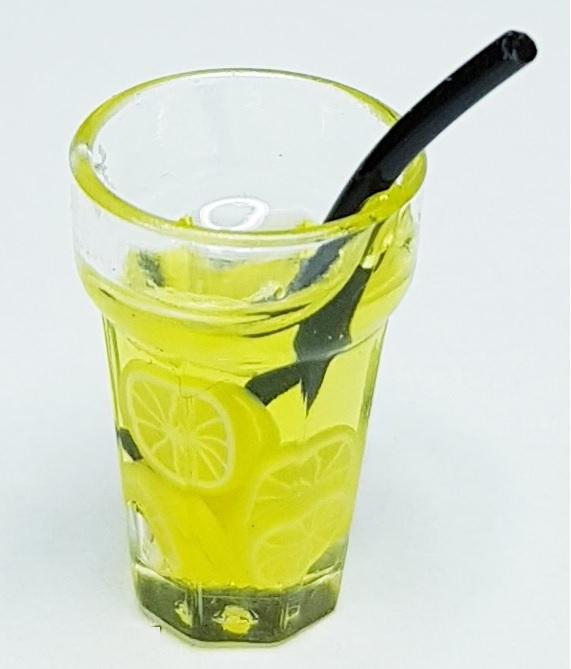 Citrondryck med sugrör