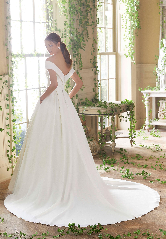 Ett brett sortiment av Mori Lees bröllopsklänningar.