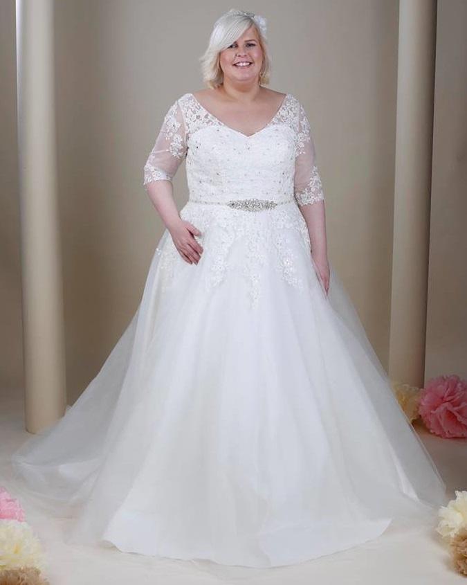 5f83f996ca01 Vi har bröllopsklänningar i stora storlekar upp till storlek 56 ...