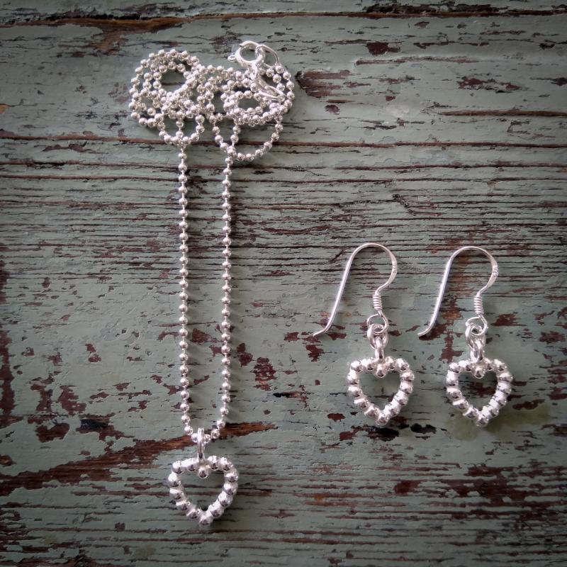 Halsband och örhängen med silverhjärtan