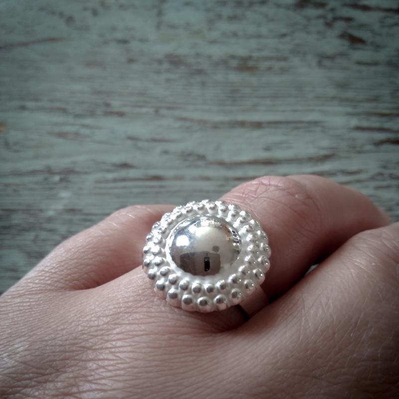 Bianca ring i silver med pärlmönster på finger