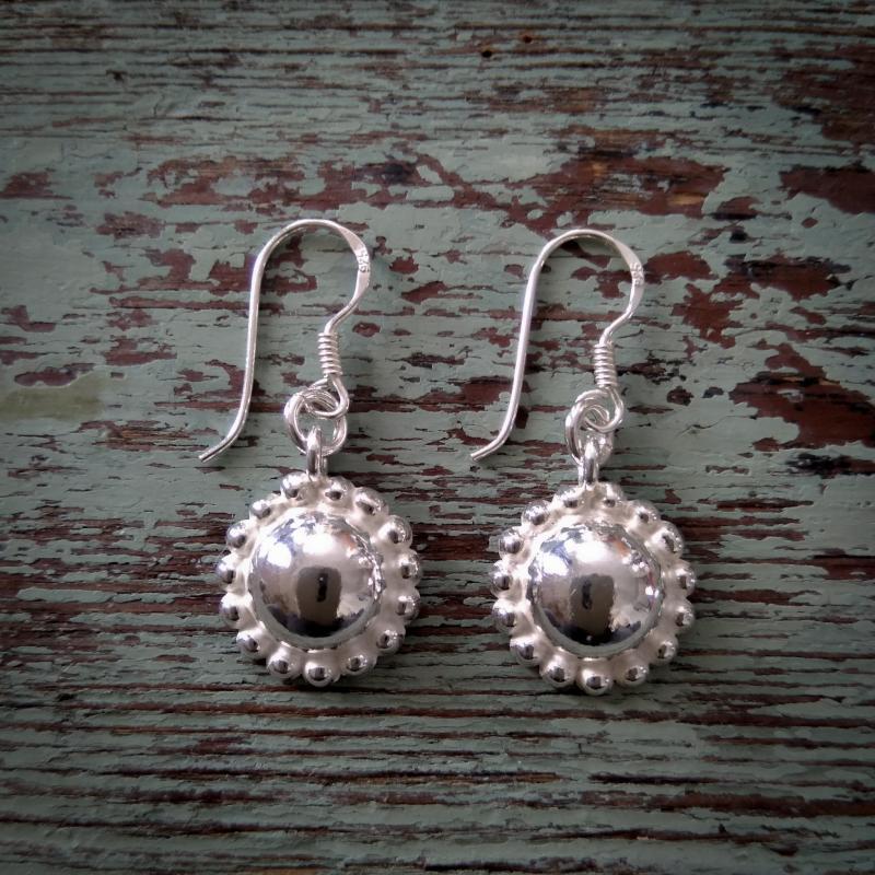 Aina örhängen i silver med pärlmönster