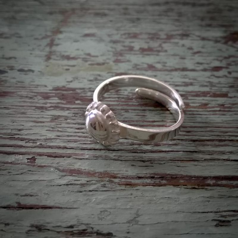 Aina ring i silver med pärlmönster