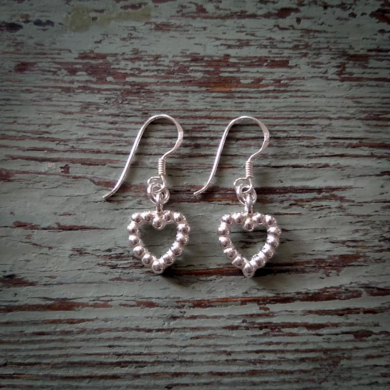 Hängande silverörhängen med hjärtan
