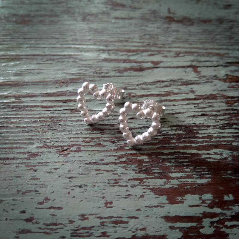 Silverörhängen med hjärtan