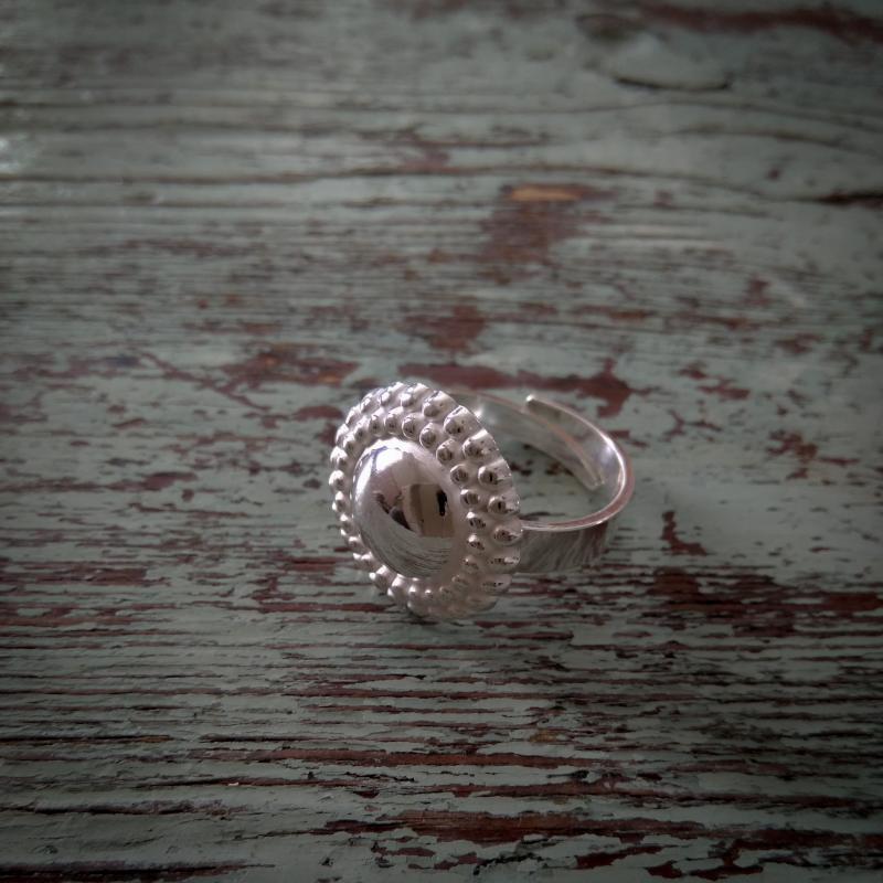 Bianca ring i silver med pärlmönster
