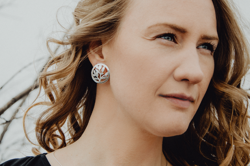 Stiftörhängen i silver Blåbär av Camilla Mustikka
