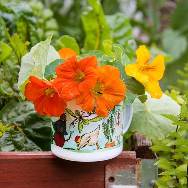 Emaljmugg med hönsmotiv i trädgården