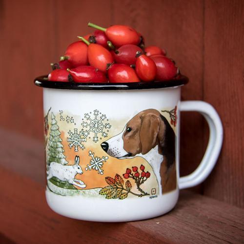Vit emaljmugg med motiv av hundrasen Hamiltonstövarefrån Eplaros