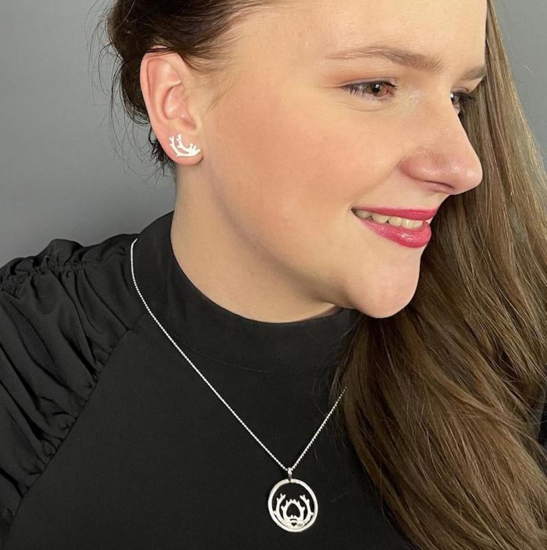 Örhängen i silver med renhorn på samisk modell