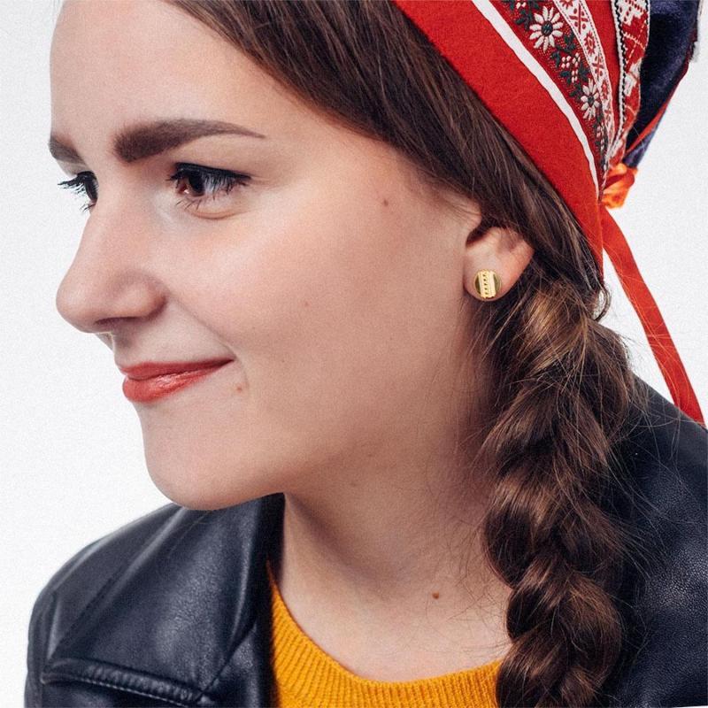 Örhängen från Erica Huuva i guld på samisk modell