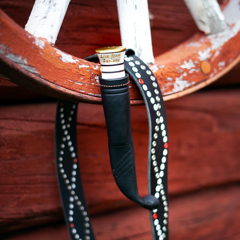 Bruksniv med renhorn och personlig gravyr i läderslida.