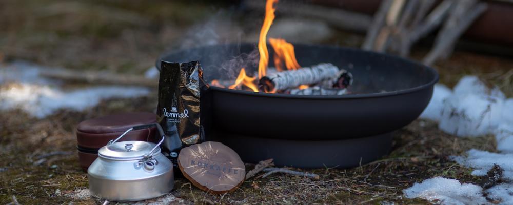 Matlagning utomhus över öppen eld.