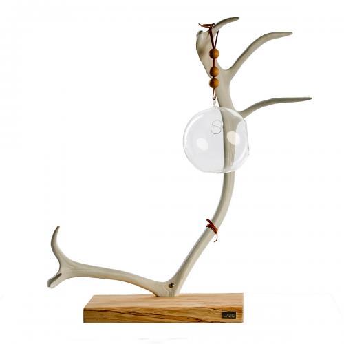 Dekoration av vitmålat renhorn. -Lauki -ljusstake