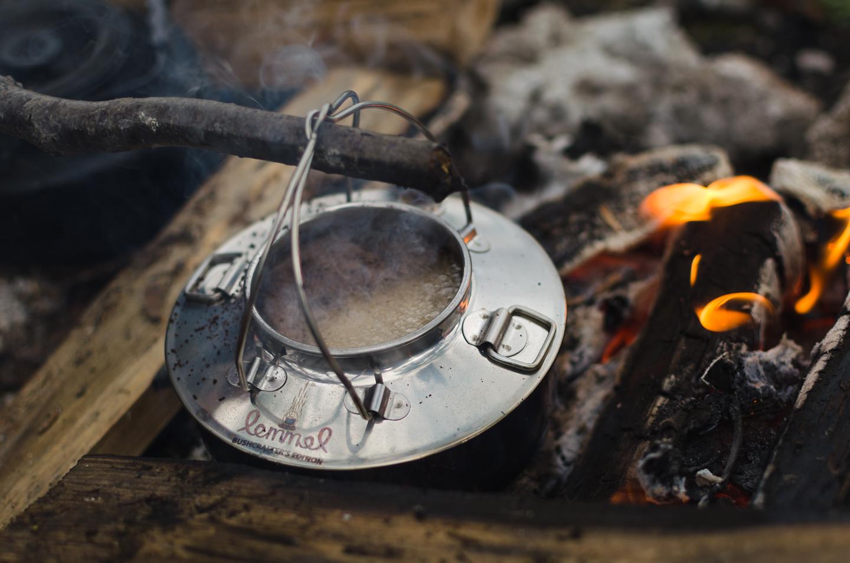 Lemmelkaffe i kaffepanna över öppen eld