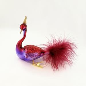 En rödviolett svan med krona i guldglitter