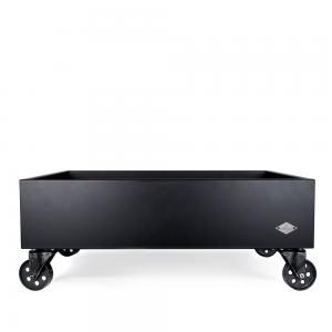 Svart hundsäng i industriell stil tillverkad i trä med svartlackerade hjul i järn. Svensktillverkad av Miwo Design.