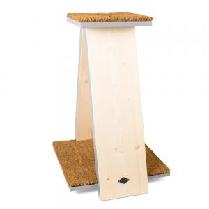 Snygg klöspelare för katt svensktillverkad av Miwo Design. Byggt i trä med utkikstorn och klösbräda i kokosborst.