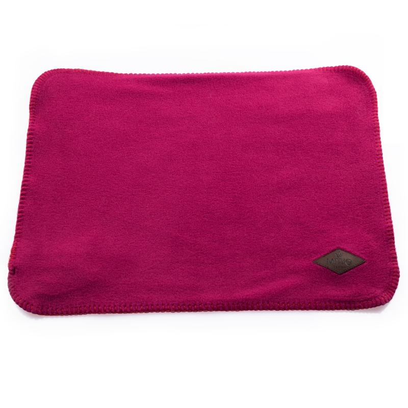Pläd i rosa/fuschia för att hålla katten och hunden torr