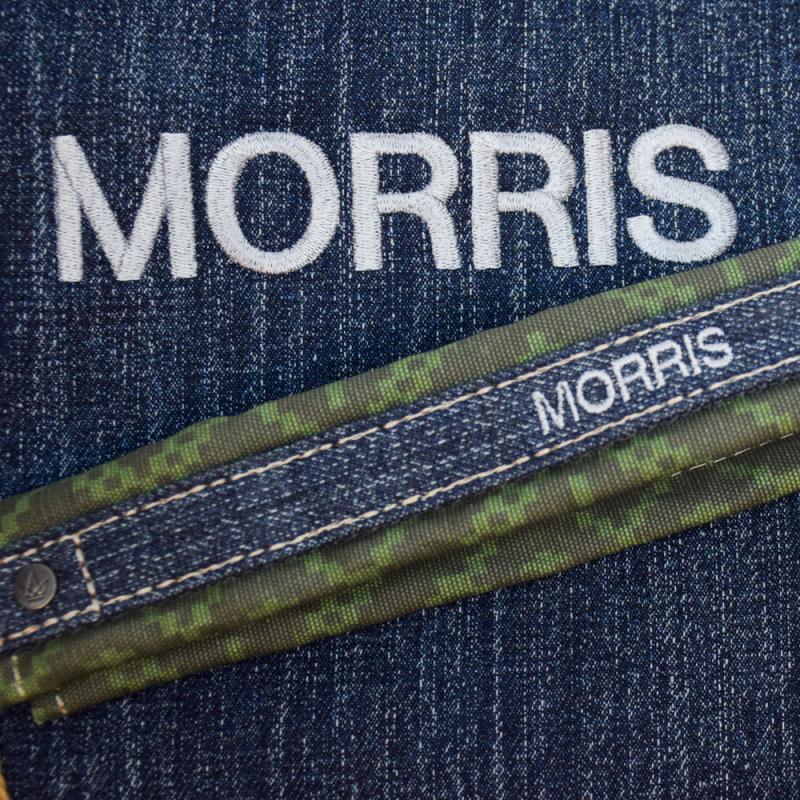 Namnet Morris graverat i två storlekar på denim med army mönstrad detalj.