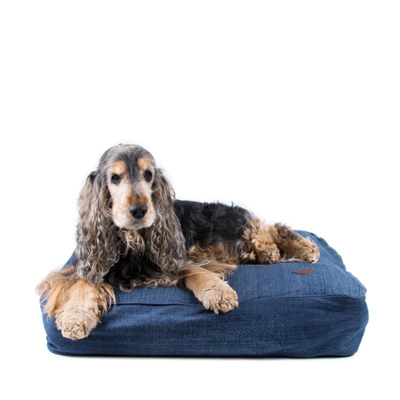 Tjockt fodrad och fyrkantig hundsäng som är både snygg, mjuk och skön i snygg jeansfärgad denim.