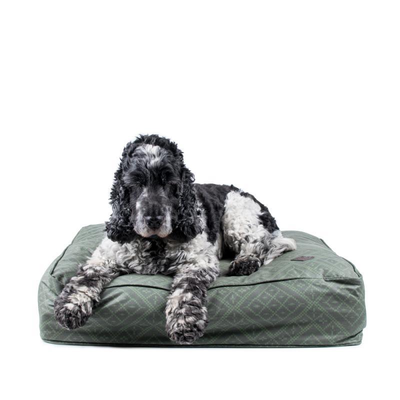 Tjockt fodrad och fyrkantig hundsäng som är både fin, bekväma och skön. Coolt mönster i olika gröna nyanser som mossgrönt och gräsgrönt..