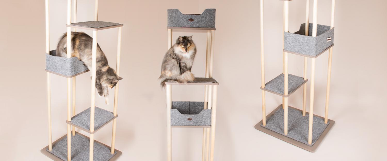 Vackert kattklätterträd ur tre vinklar med en katt på två av dem