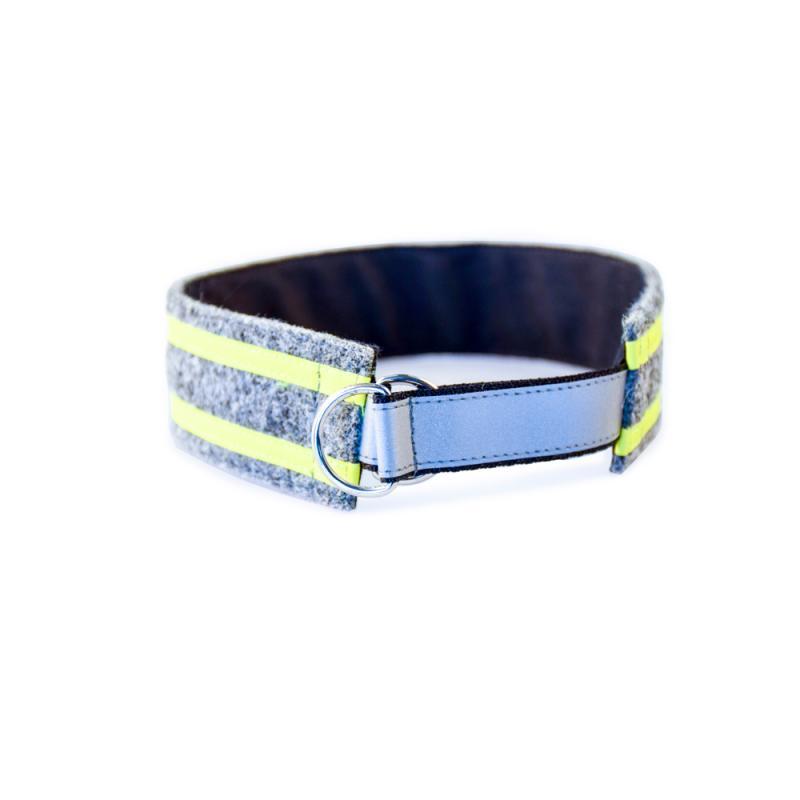 Hundhalsband i grå ylle med gula reflexer och läderemblem.