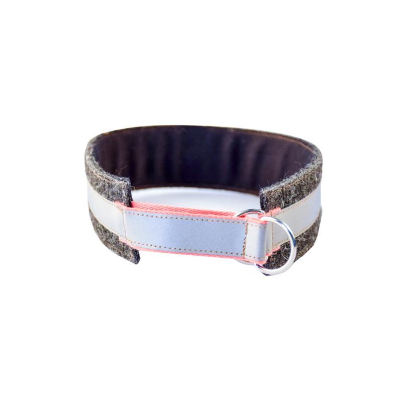 Hundhalsband i grå ylle med reflexer och läderemblem.